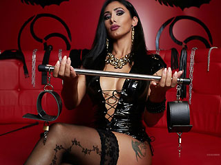 kinky divadomme with whip